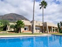Красивая вилла с бассейном в районе Partida Montgo, Хавея