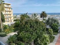 Квартира с видом на море и порт в Ментоне