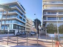 Большая квартира под обновление возле пляжа