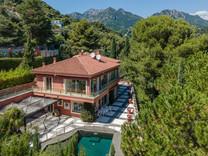 Солидное имение с видом и большим участком в Roquebrune