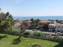 Трёхкомнатная квартира с видом на море в Антибе