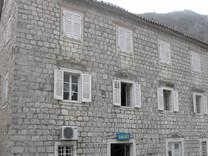 Каменный дом под ремонт на первой линии в Муо