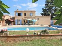 Вилла с бассейном и зелёным участком в Saint-Basile