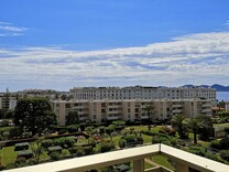 Просторная квартира с видом на море в Каннах