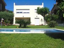 Красивая вилла с бассейном в Premia de Dalt