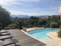 Дом с бассейном и видом на море в Кань-сюр-Мер