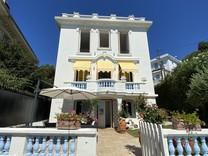 Красивый особняк с видом на море и бассейном в Ницце