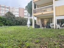 Апартаменты с одной спальней с выходом в сад в Антибах