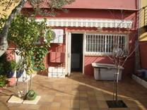 Трехэтажный таунхаус с небольшим рестораном в Palafrugell