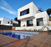 Стильная вилла в урбанизации Els Pinars, Lloret de Mar., продажа. №34916. ЭстейтСервис.