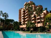 Апартаменты в элитной резиденции с бассейном в Монако