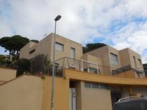 Современный дом с видом в Ллорет Де Мар
