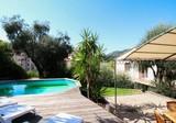 Семейная вилла с внешним бассейном в Ментоне