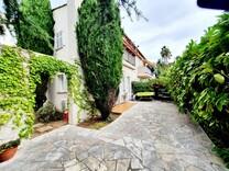 Квартира-студия с большой террасой и садом на Кап-Ферра