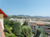 Просторные трехкомнатные апартаменты с видом на море в Ницце